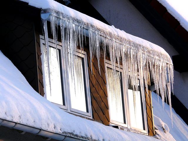 Det är viktigt att ta bort farliga istappar från ditt tak.